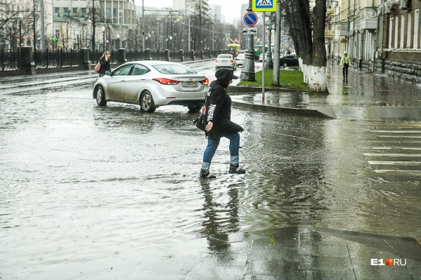 Верный признак прихода весны в Екатеринбурге — наша любимая уральская грязь