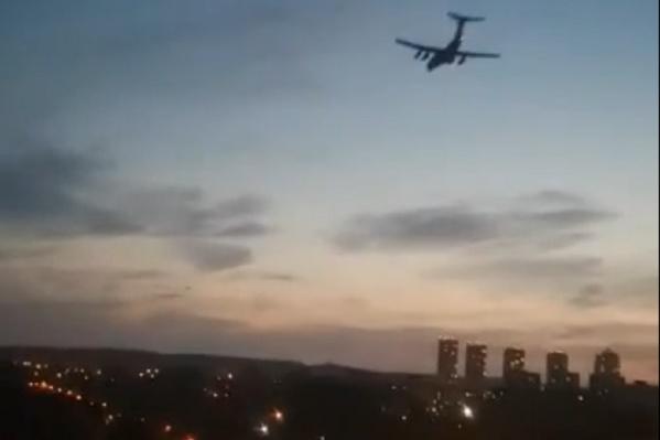 Cамолет пролетел низко над Химмашем