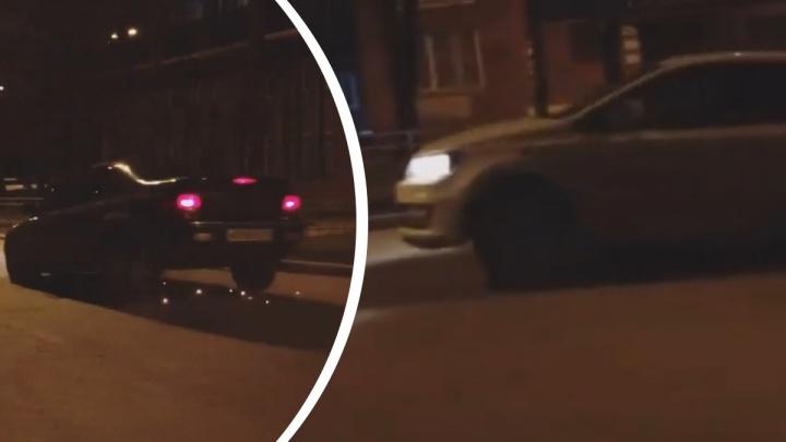 Из-под кузова искры: в центре Екатеринбурга автомобилисты влетают в яму и разбивают машины. Видео
