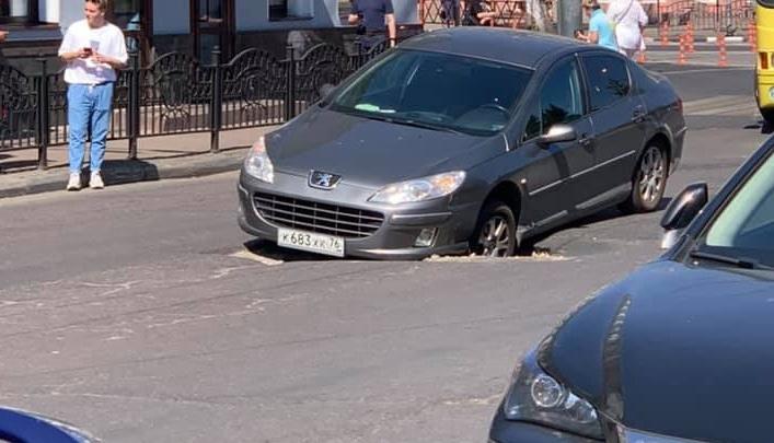 «Портал не дождался ремонта»: в центре Ярославля машина застряла в яме