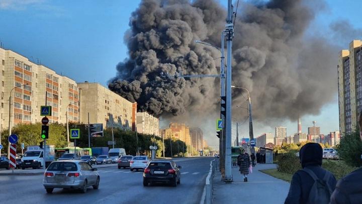 Черный дым видел весь город: семь пугающих фото пожара в Тюмени