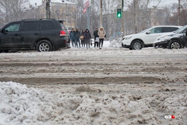 Снег с дорог в Самаре убирают не вовремя и некачественно