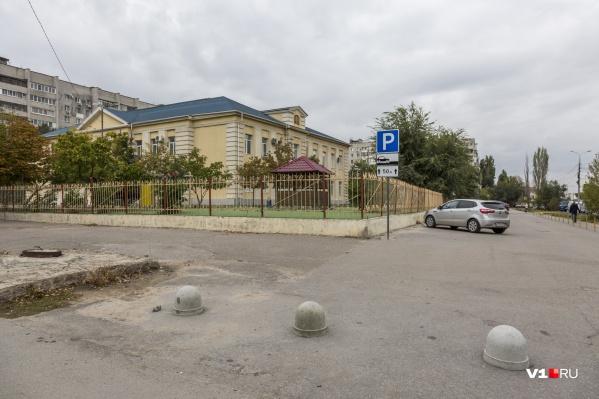 Прокуратура потребовала снести несанкционированные заграждения у частной школы