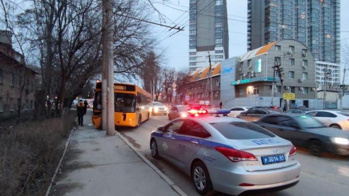 В Ростове автобус влетел в столб. Из-за этого на Вавилова возникла огромная пробка