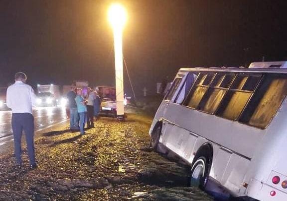Сель сошел с горы и перекрыл дорогу в Абинском районе. Автобус съехал в кювет