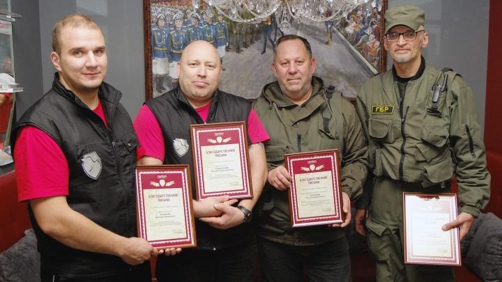 «Мы оказались быстрее»: двух бойцов ГБР наградили за задержание дебошира с тесаком на Петухова