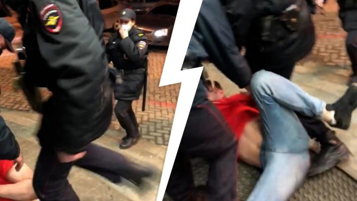 В Екатеринбурге полиция жестко задержала посетителя ночного клуба. Видео