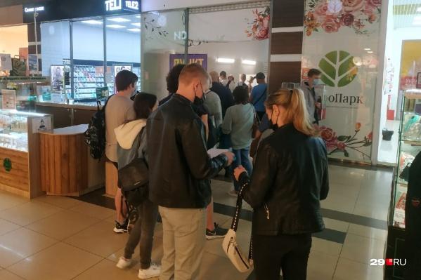 По выходным в торговых центрах Архангельска выстраиваются целые очереди из желающих сделать прививку от коронавируса