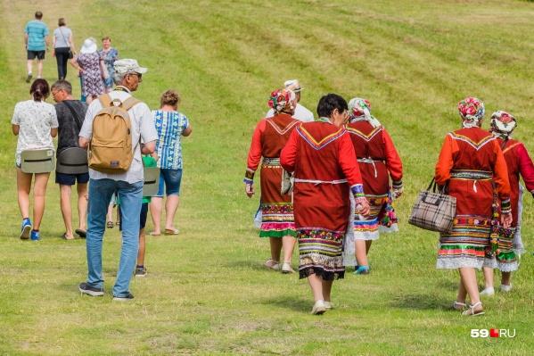 Одной из примет фестиваля всегда были выступления фольклорных коллективов