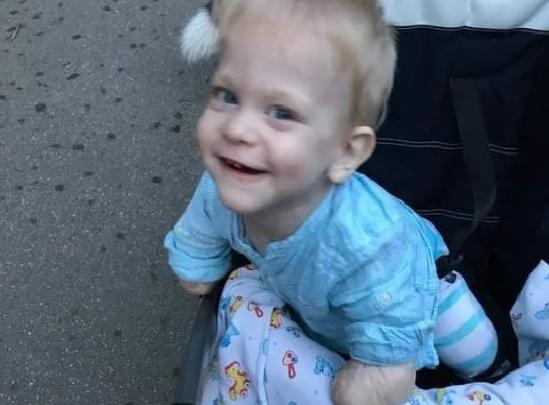 «Сказал свое первое слово». Как живет в Москве малыш без рук и ног из свердловского детдома