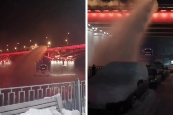 Дорожники сделали эффект снежного водопада в реку и на припаркованные машины