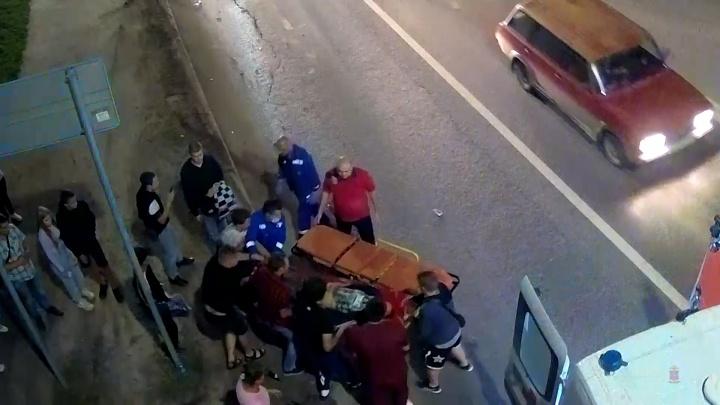 Мотоцикл заискрился, а парень влетел в столб: в Волгограде молодой байкер попал под колеса иномарки — видео