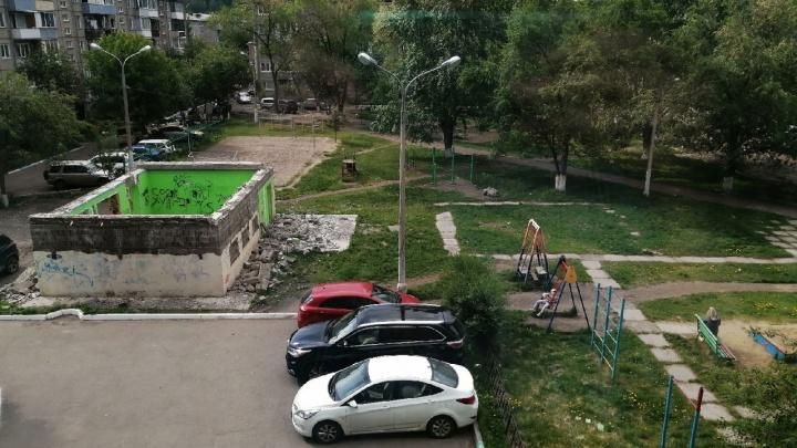 До первой трагедии: дети играют в заброшенном здании посреди жилого района на правобережье