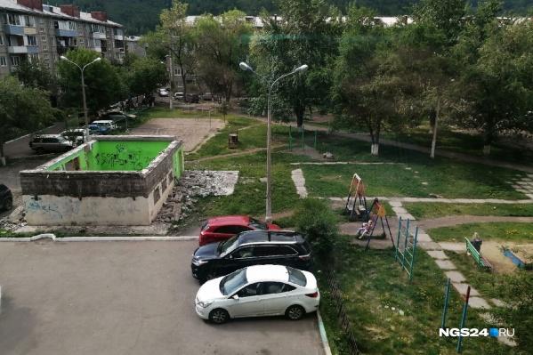 Жители домов боятся за детей и свои автомобили