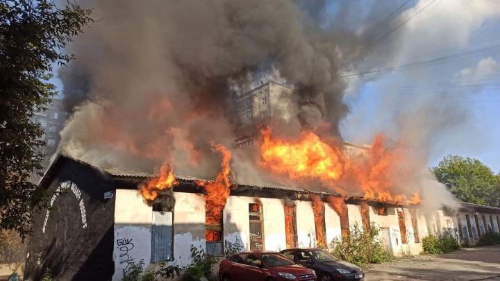 В центре Екатеринбурга сгорели бывшие мастерские Союза художников