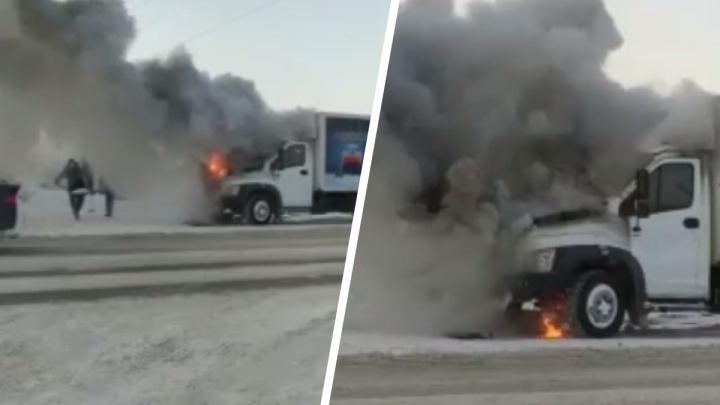 На Большой загорелся грузовик— на видео попало, как его закидывали снегом