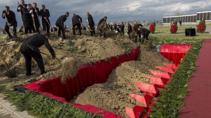 Дочь Пескова, потомки Шарля де Голля и ветераны Второй мировой войны захоронили останки советских солдат на Мамаевом кургане