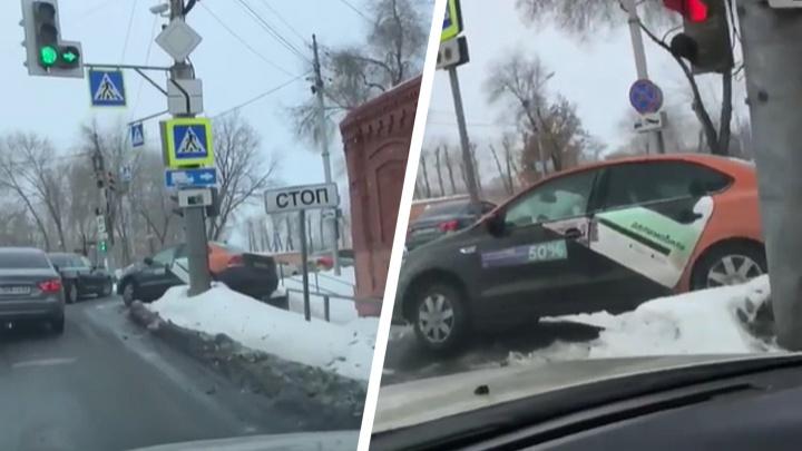 В Самаре автомобиль каршеринга вылетел с дороги и «повис» на лестнице: видео