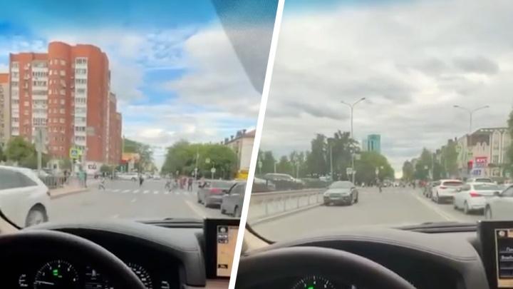 Бизнесмен катался на Lexus по встречке в центре Тюмени. Он спешил на тренировку