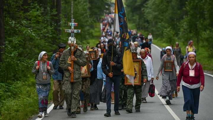 Тысячи паломников пять часов шли по Екатеринбургу с крестами и флагами