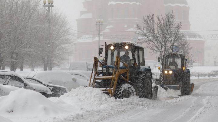 В Волгограде продолжают усиленно устранять последствия аномального снегопада