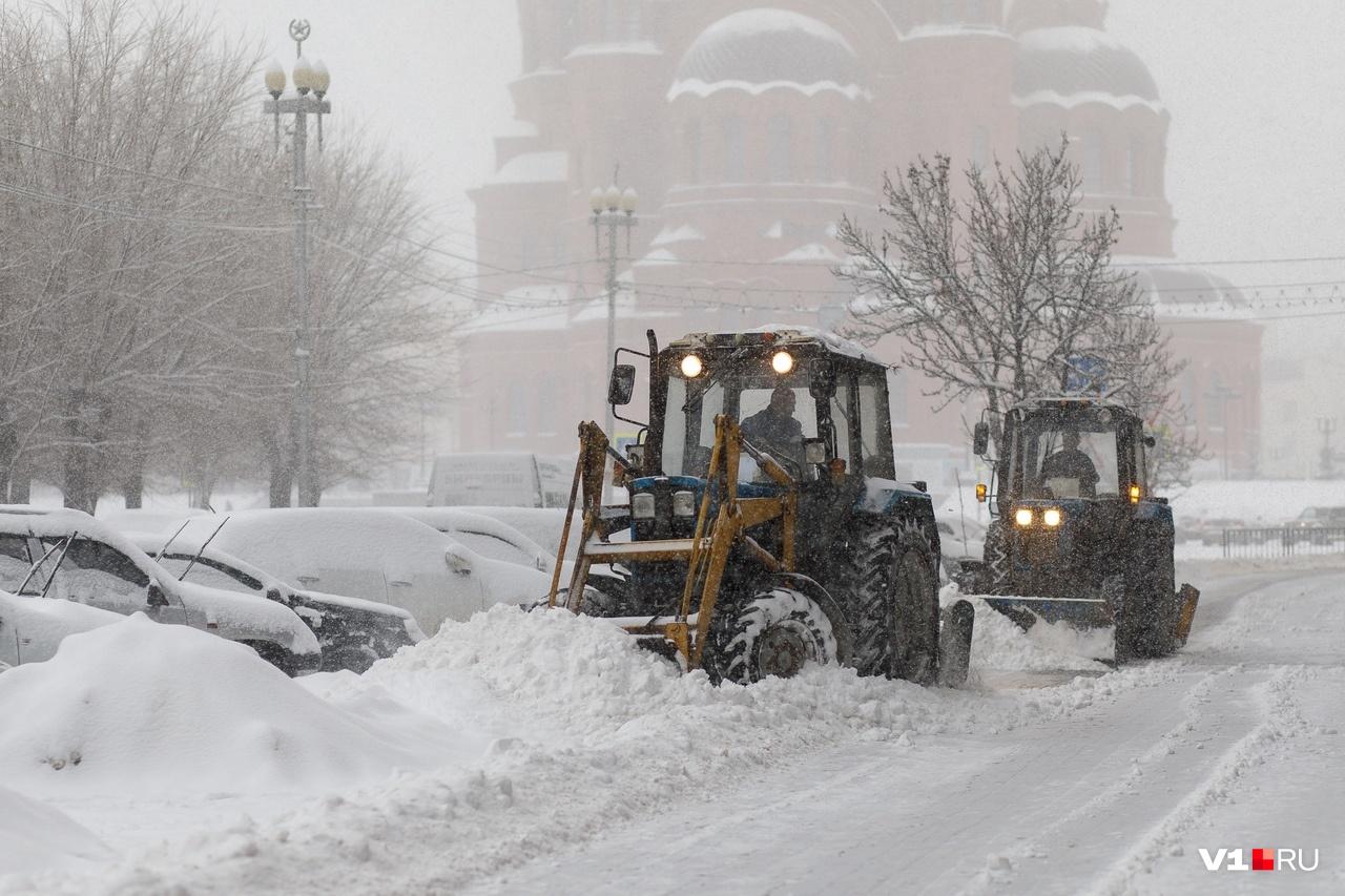 Трактора с лопатами пытались прочистить улицы в центре города