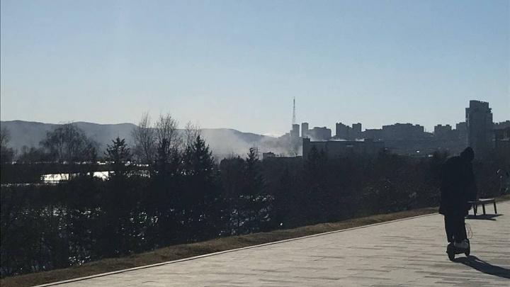 На территории бывшего комбайнового завода загорелись горы мусора