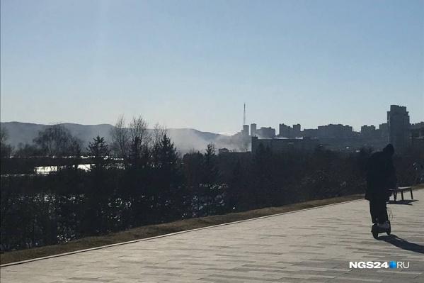 Клубы дыма вдоль Дубровинского и над Енисеем