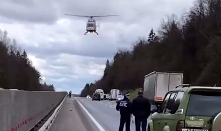За пострадавшими прилетел вертолет: на Ярославском шоссе произошла авария. Видео