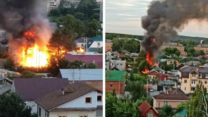 «Всё искрит, слышны взрывы»: в Екатеринбурге загорелись частные дома. Видео