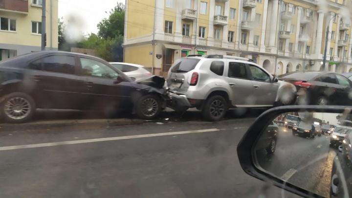 «Оттуда не уедешь»: из-за массового ДТП в Ярославле образовалась пробка. Видео