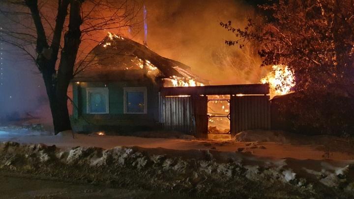 На ВИЗе в окружении новостроек сгорел частный дом. Соседи винят поджигателей