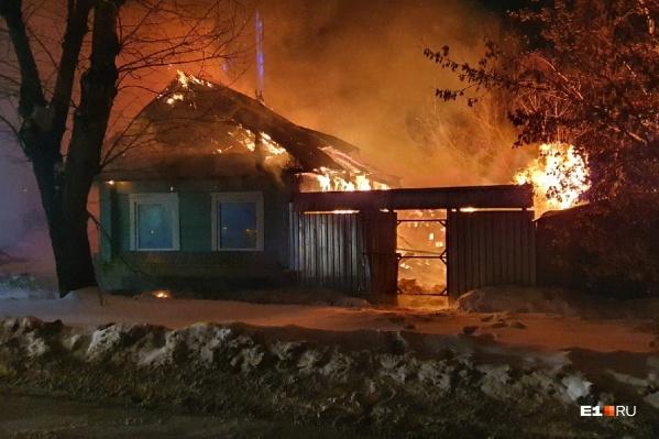Пожар начался после полуночи