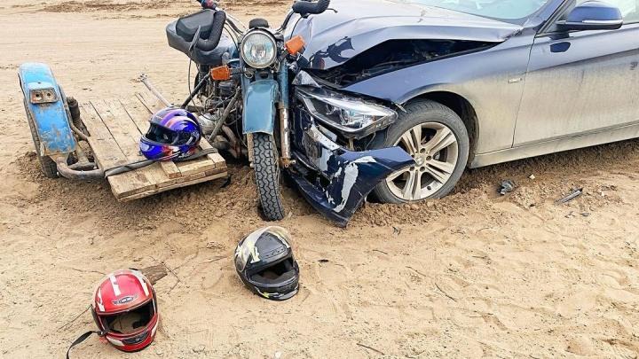 Три сельских школьника на «Урале» с досками вместо коляски столкнулись с BMW и попали в больницу