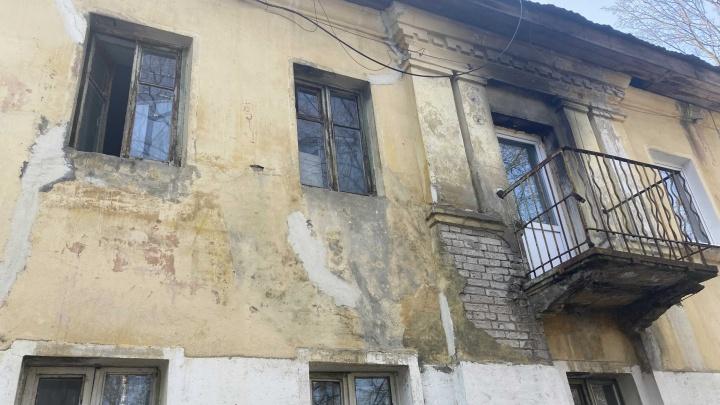 «Почему мы должны страдать?»: в Ярославле сгоревший жилой дом покрылся плесенью