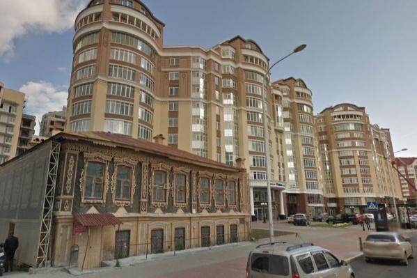 """Историческое здание оценили в18 миллионов рублей, а средняя цена квадратного метра <a href=""""https://www.e1.ru/text/realty/2020/04/13/69088378/"""" target=""""_blank"""" class=""""_"""">в жилом комплексе «Тихвинъ», по данным на 2020 год, была 278 тысяч рублей</a>"""