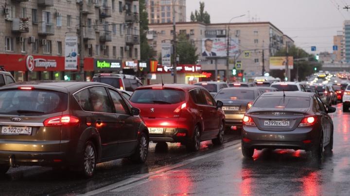 Вроде не пятница: дождливым вечером вторника Волгоград сковали девятибалльные пробки