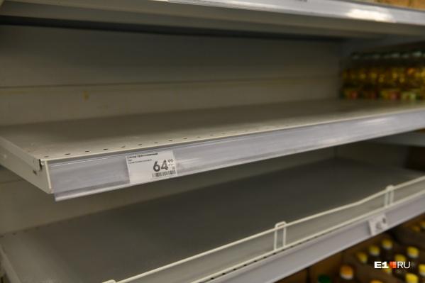 Екатеринбуржцы заметили пустые полки в супермаркетах: покупатели смели весь сахар
