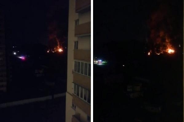 Пожар сняли очевидцы из соседних домов