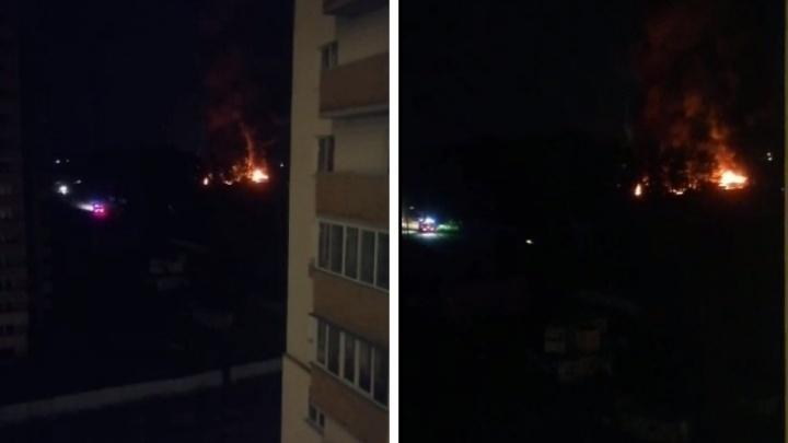«Было несколько взрывов»: под Новосибирском сгорел склад — видео пожара