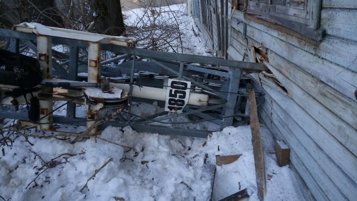 В Архангельске на деревянный дом упал строительный кран