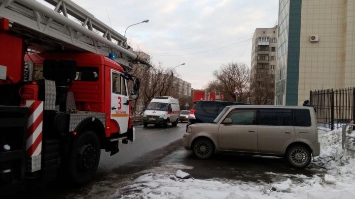 В Челябинске к девятиэтажке стянули экстренные службы из-за усевшегося на подоконнике подростка