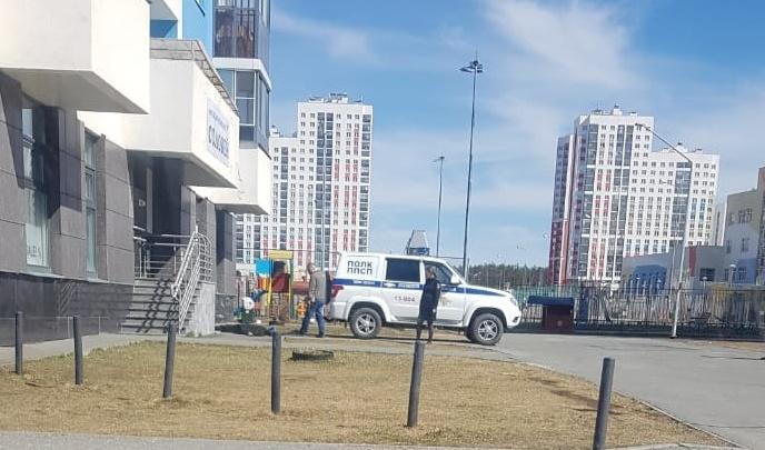 В Академическом из окна многоэтажки выпала школьница