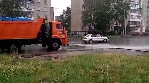 Челябинцы сняли на видео поливку дорог во время дождя