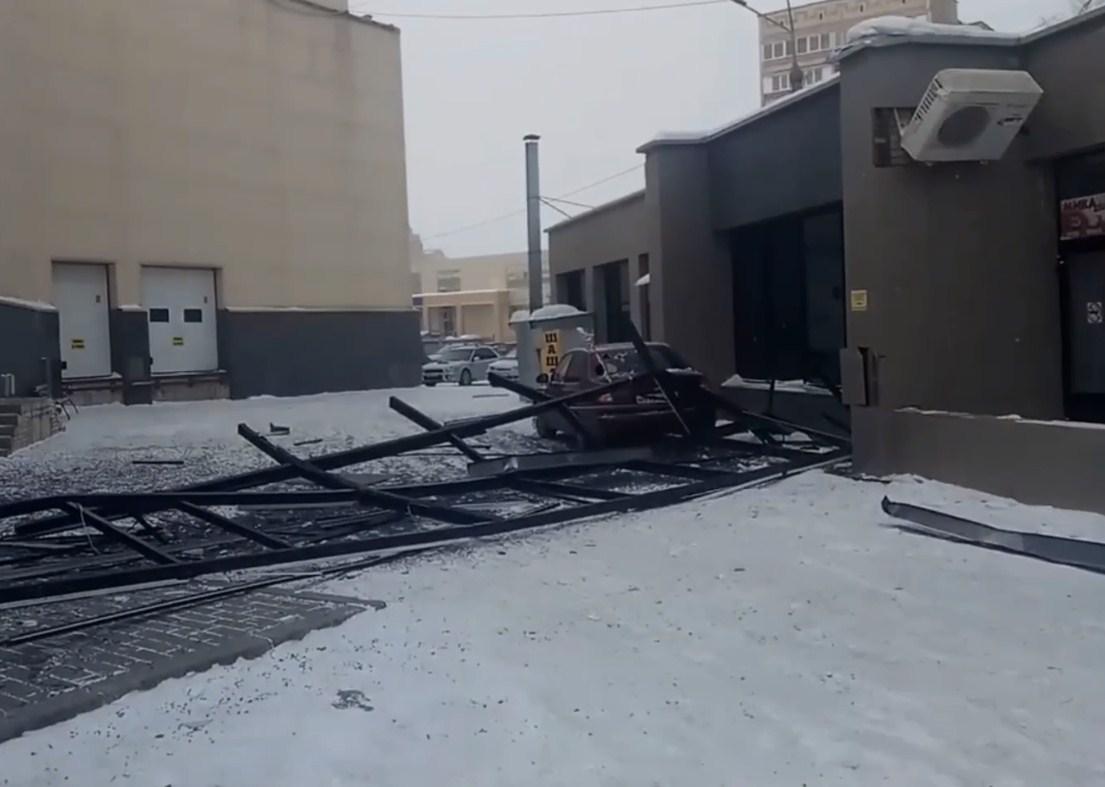 Под завалы металлоконструкций попал автомобиль