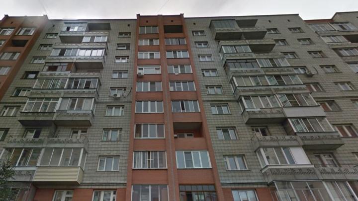 Мужчина выпал из окна в Дзержинском районе. Он скончался