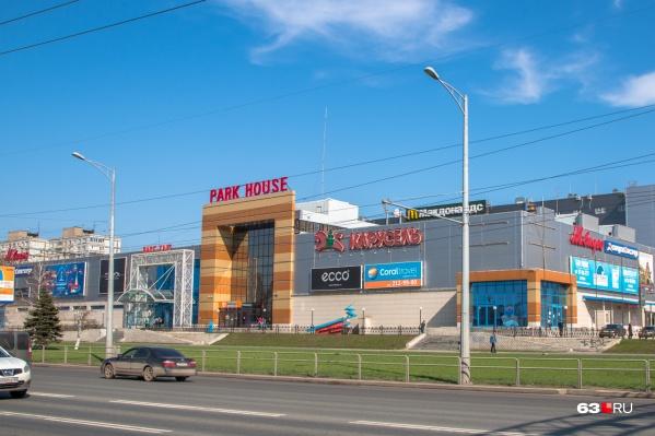 ТЦ находится на пересечении Московского шоссе и улицы XXII Партсъезда
