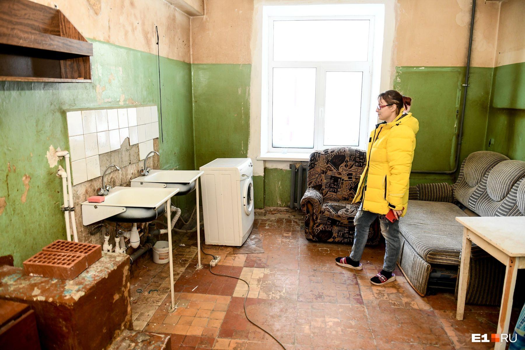 """Это общая кухня. Всего их две во всем доме на <nobr class=""""_"""">114 квартир</nobr>"""