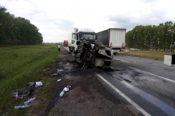 Машина с водителем и пятью пассажирами загорелась