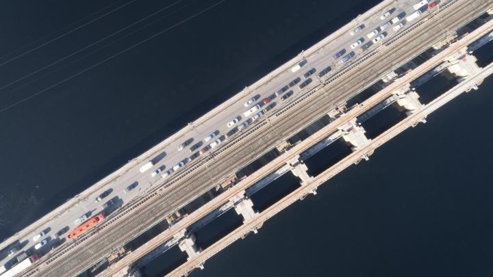 Готовимся к приходу мошки: на Волжской ГЭС закрывают водосливные плотины